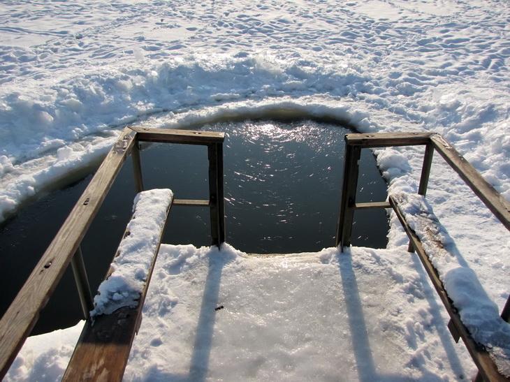 Лёд очень красиво стягивал паутинкой тёмную воду